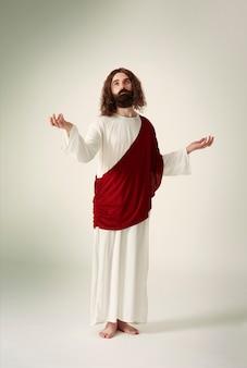 Jésus debout, les mains tendues