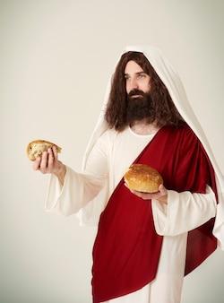 Jésus a divisé le pain en morceaux