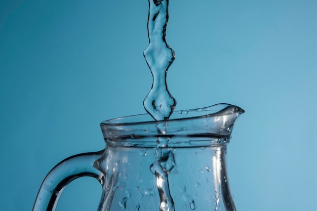 Jet d'eau versé dans une cruche