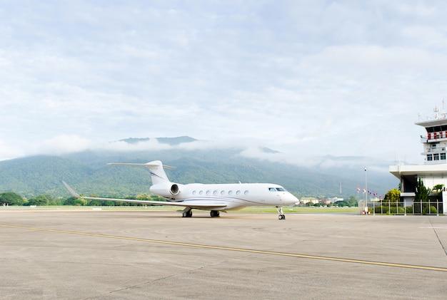 Jet privé de luxe à l'aéroport