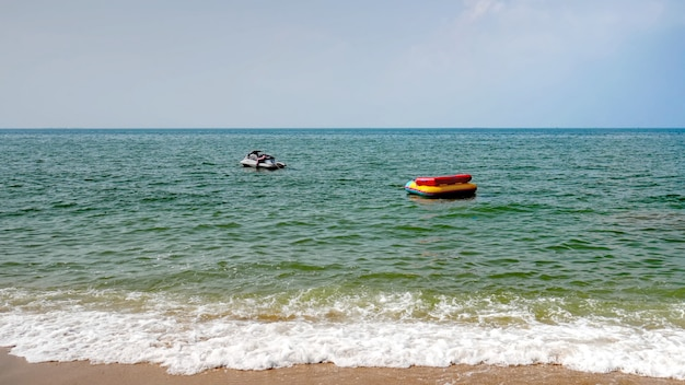 Jet-ski blanc flottant dans la mer