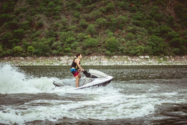Jet ski sur le lac pendant la fête