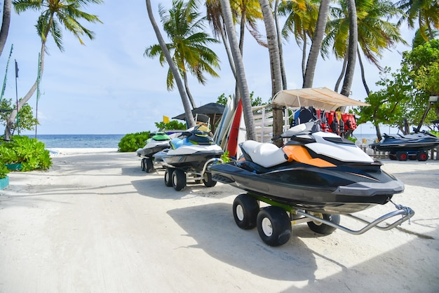 Jet ski sur la plage de l'île de maafushi, maldives
