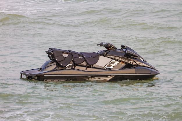Jet ski sur la plage de la mer d'andaman en été