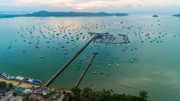 Jetée d'ao chalong - vue aérienne d'un drone photographié à phuket, en thaïlande