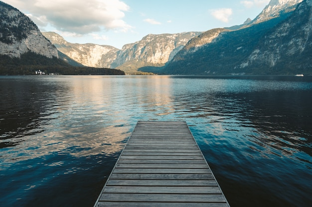 Jetée au bord d'un lac à hallstatt, autriche