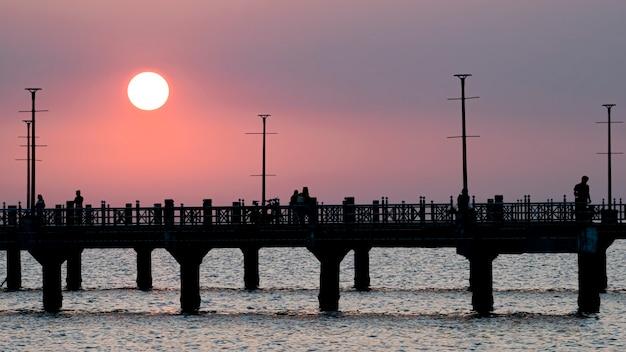 Jetée de bangsan chonburi thaïlande et coucher de soleil à la plage de bangsan ao thai ocean beau coucher de soleil
