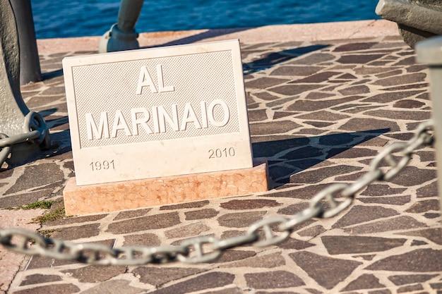 Jetée de bardolino sur le lac de grada en italie pendant l'été