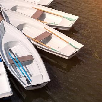 Jetée avec barques pour promenade romantique sur le fleuve ou pêche