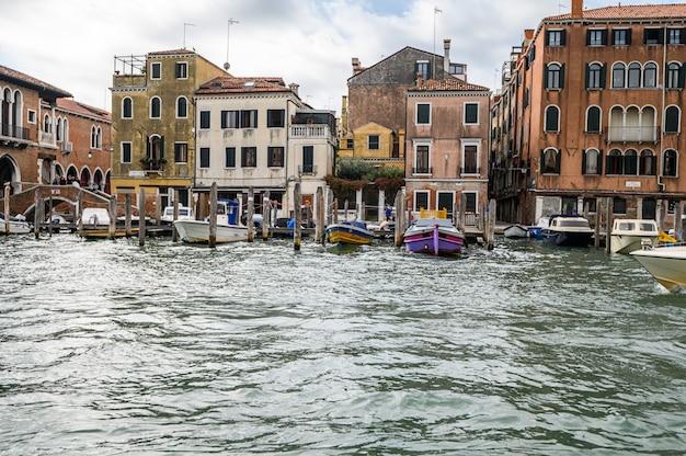 Jetée avec des bateaux amarrés sur le grand canal.