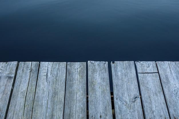 Jetée en bois au lac sous le coucher du soleil