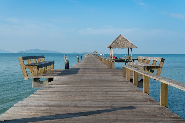 Jetée en bois avec bateau à phuket, thaïlande. concept d'été, voyage, vacances et vacances.