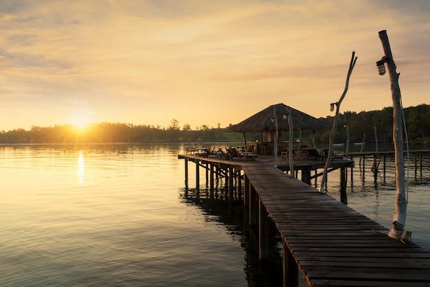 Jetée en bois et cabane à phuket, thaïlande. concept d'été, voyage, vacances et vacances.