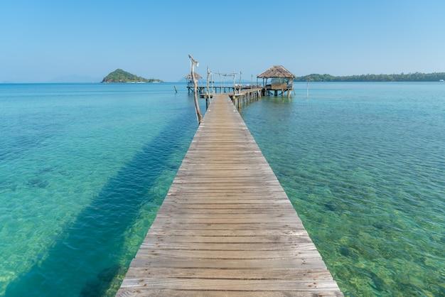 Jetée en bois avec hutte tropicale au resort à phuket, thaïlande.