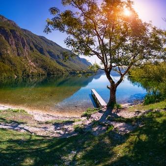 Jetée en bois sur le lac de montagne