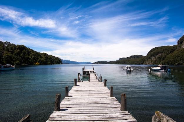 Jetée en bois sur le lac.