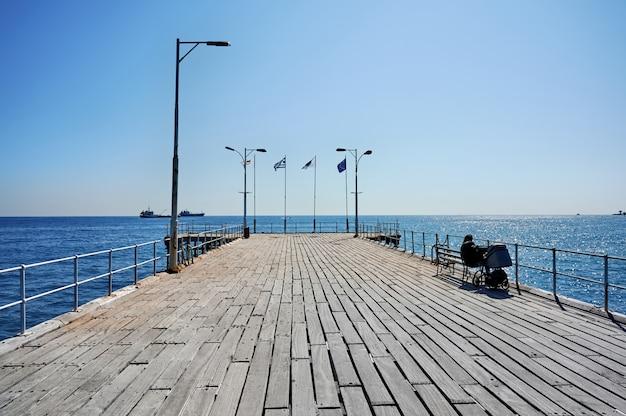 Jetée dans une ville méditerranéenne par une journée ensoleillée
