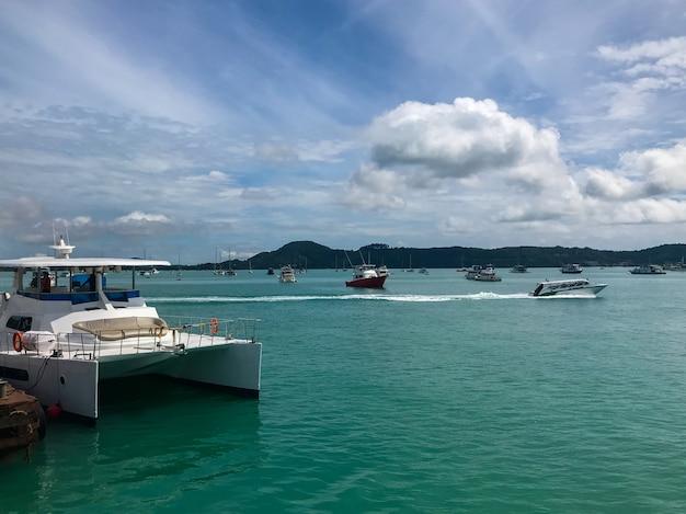 Jetée du yacht cruise club sur une journée ensoleillée à phuket, thaïlande