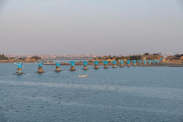 Une jetée inachevée d'un pont maritime