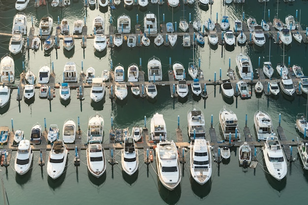 Jetée de la marina du port de yatch et amarre de bateau yatchs et navires attendant le large.