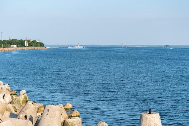 Jetée avec des tours et des bouées. beau paysage marin, espace de copie