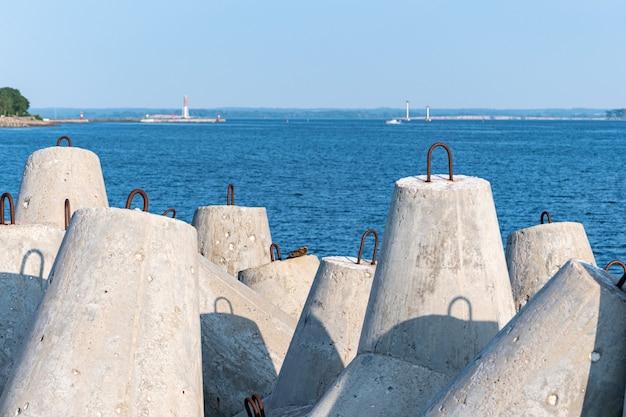 Jetée avec des tours et des bouées dans le magnifique paysage marin