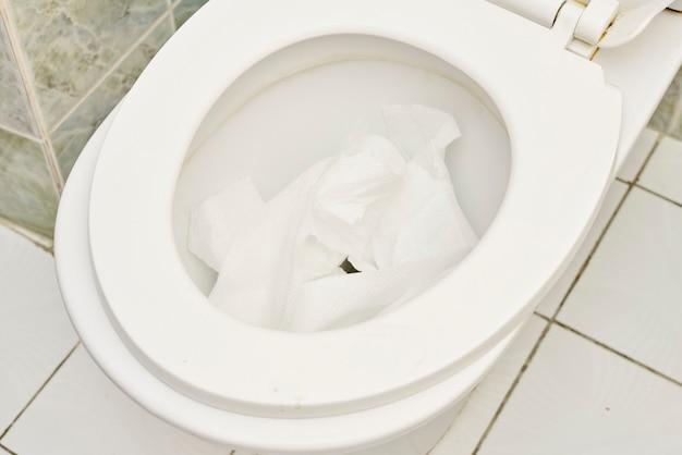 Jeter le papier toilette dans les toilettes