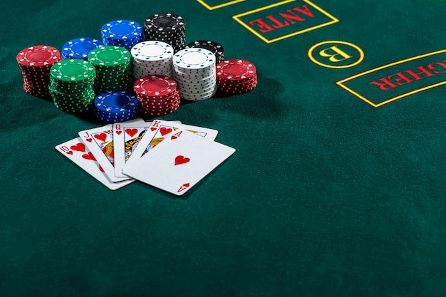 Jetons et cartes de jeu de poker