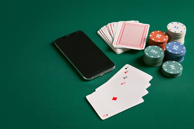 Jetons et cartes à jouer pour les jeux de hasard avec téléphone mobile sur couleur