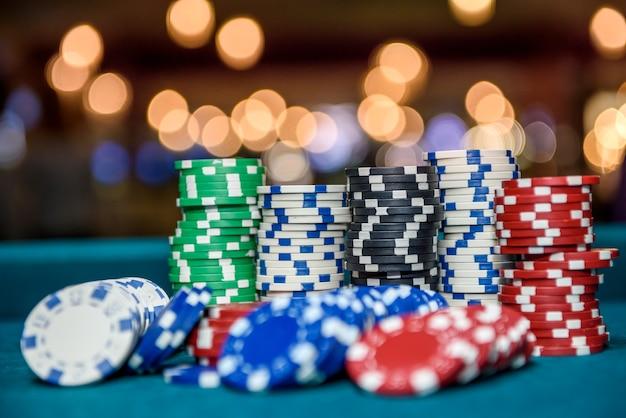 Jetons de casino colorés sur table close up