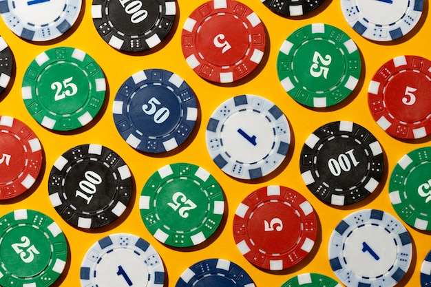 Jetons de casino sur fond jaune
