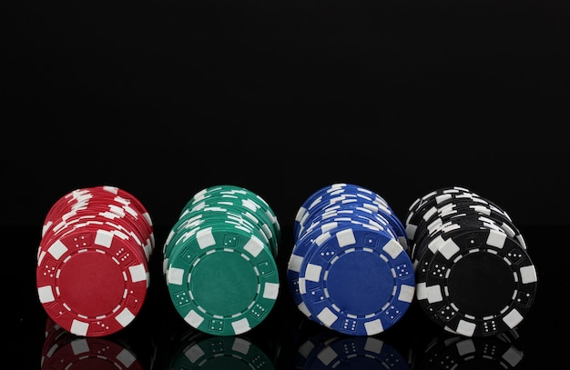 Jetons de casino isolés sur fond noir