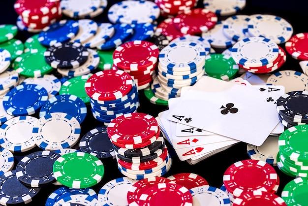 Jetons de poker et cartes à jouer