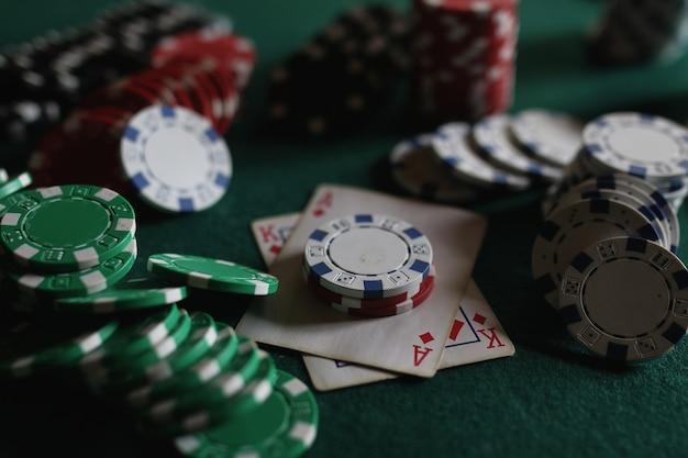 Jetons de poker et cartes sur le tissu