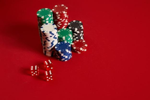 Jetons de poker sur fond rouge. groupe de jetons de poker différents. fond de casino. espace de copie. nature morte