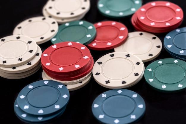 Jetons de poker sur une surface noire