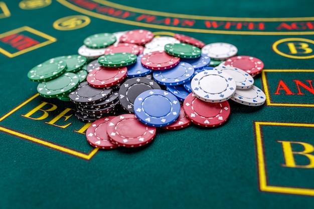 Jetons de poker sur une table de poker au casino. fermer. gagnant des jetons