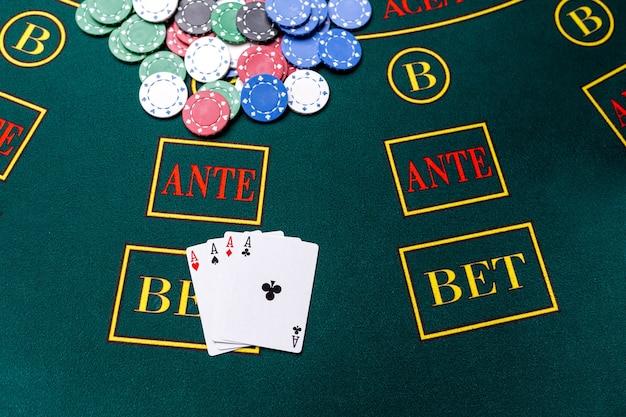 Jetons de poker sur une table de poker au casino. fermer. quatre as, une combinaison gagnante. gagnant des jetons