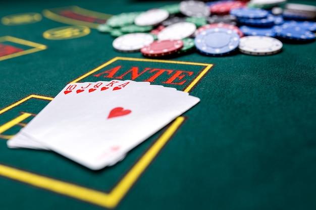 Jetons de poker sur une table de poker au casino. fermer. quinte flush royale, combinaison gagnante. gagnant des jetons