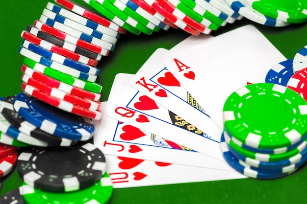 Jetons de poker sur la table