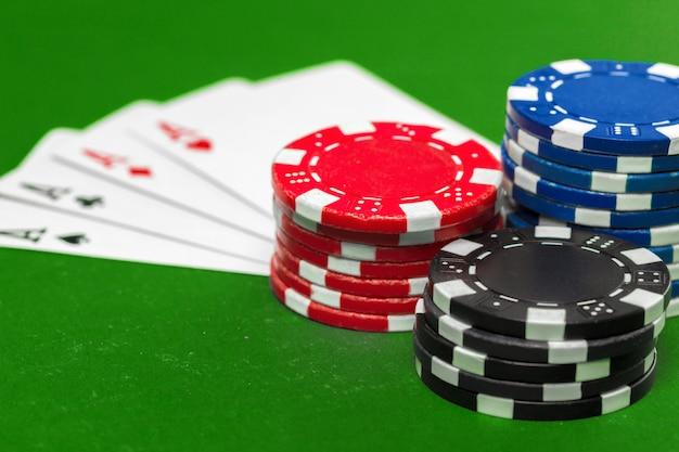Jetons de poker sur la table