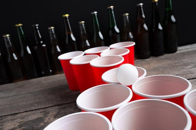Jeu beer pong sur une table en bois