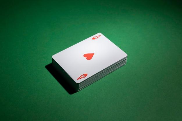 Jeu de cartes sur fond vert