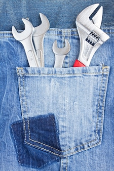 Jeu de clés dans la poche de jeans bleu
