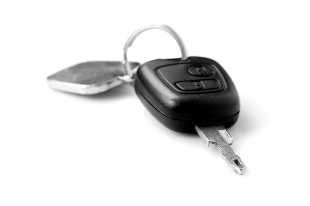 Jeu de clés de voiture sur fond blanc