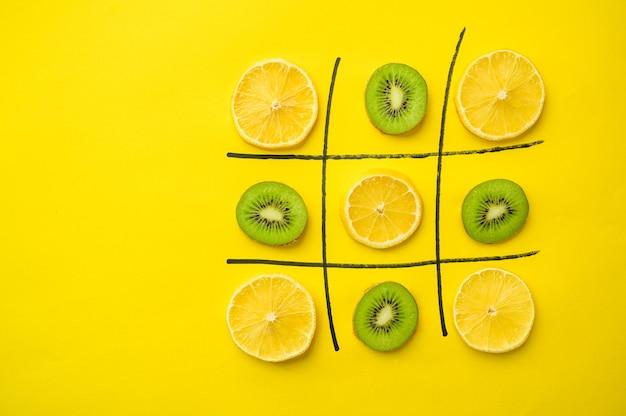 Jeu de cross-zero végétalien isolé sur mur jaune nourriture végétarienne biologique, assortiment d'épicerie, produits écologiques naturels, concept de mode de vie sain