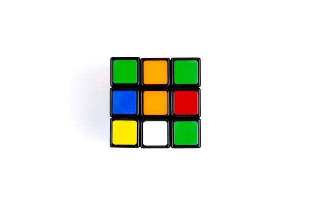 Jeu cube multicolore sur blanc