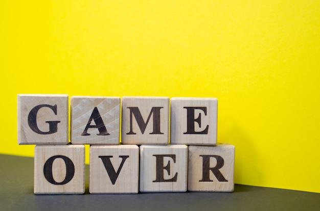 Jeu sur des cubes en bois avec des lettres