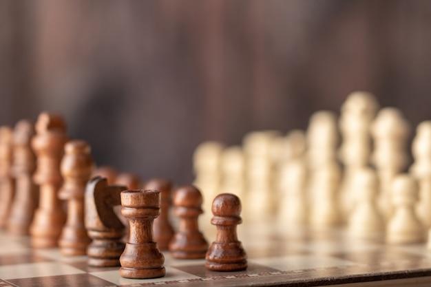 Jeu d'échecs en bois sur la planche