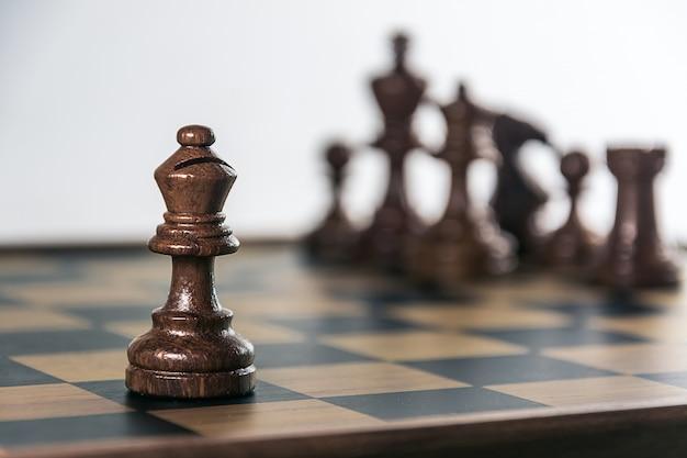 Jeu d'échecs à bord, fond blanc